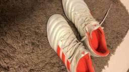 Chuteira society Adidas em excenlente estado!!