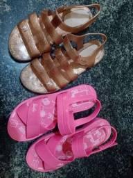Sapatos infantis bem conservados.