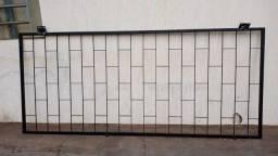 Grade de ferro para porta de vidro