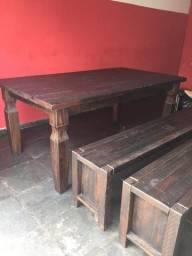 Mesa com bancos em Madeira