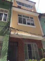Alugo casa de vila com 4 quartos, recém reformada na Rua Riachuelo, centro