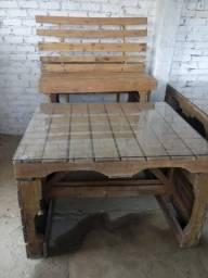 Mesas e Bancos feitos de Paletes envernizados. Tampo de vidro 6mm.