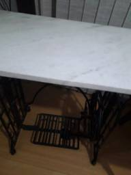 Linda mesa com base em ferro e tampo mármore