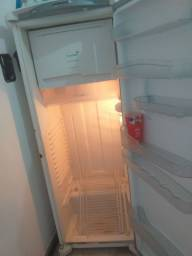 Vendo uma  geladeira em grande condição