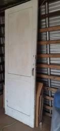 Porta de madeira medindo 2.10 x 50 cm