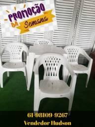 Conjunto de Mesa com Cadeiras de Plástico Poltrona