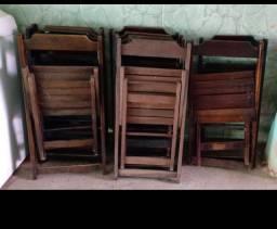 Cadeiras de madeira.