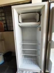 Vendo geladeira em ótimo estado de funcionamento, está conservada e limpa.