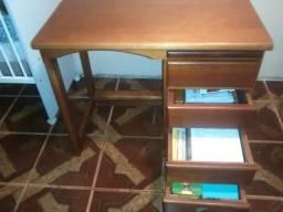 Mesa de madeira de gramado