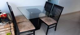 Mesa de jantar com quatro cadeiras estofadas