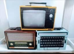 Maleta caixa decoração vintage, TV, rádio e máquina de escrever retrô