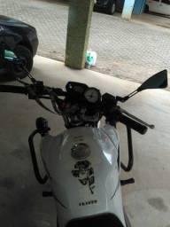Moto fazer 250 com proteção de carenagem e faróis de minha