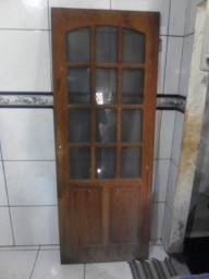 Porta de madeira maciça, da flaviense