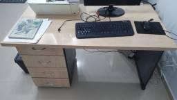 Mesa para escritório com gavetas
