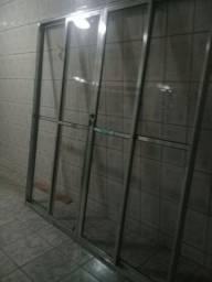 Porta de vidro com acabamento de alumínio
