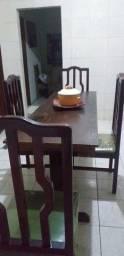 Uma mesa com 4 cadeiras