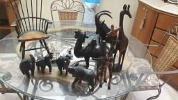 Conjunto de animais em madeira negra.