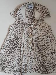 Blusa de tecido e bermuda brim
