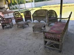 Conjunto de sofá e cadeiras.