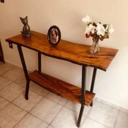 Aparador de madeira rústica com acabando em resina