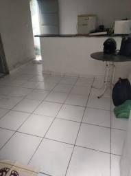 Aluga-se casa (kitnet) com sala, cozinha, um quarto, um banheiro e área de serviço