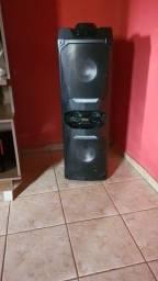 Uma caixa de som amplificada Philco 1600w