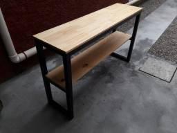Aparadores e escrivaninhas de madeira de pinus tratado.