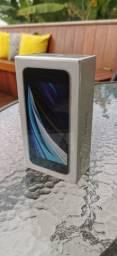 IPhone SE 64GB (com carregador e fone inclusos na caixa) Lacrado