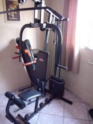 Estação de musculação e esteira