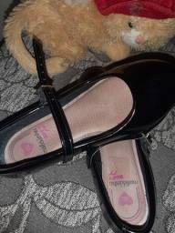Sandália e uma sapatilha
