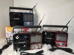 Rádio Am/FM  (completo) funciona à pilha ou direto na tomada, cartão de memória, pen-drive