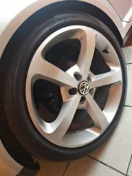 Roda aro 18 tala 8 com pneus Pirelli.