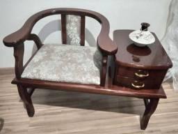 Mesa de Telefone Antiga e Poltrona