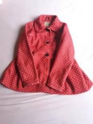 Casaco vermelho de bolinhas