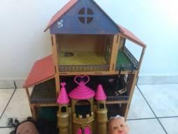 Casinha de brinquedos com bonecas