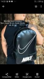 Mochila Nike preta em promoção.