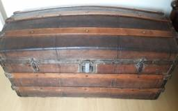 Baú (Royal)- inicio do séc. em madeira e couro 42cm alt x 90x40cm larg.