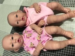 Duas bonecas realistas