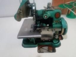 Máquina de overloque semi industrial de marca Singer.