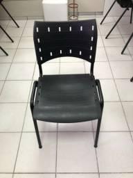 Cadeira com encosto e assento de plástico