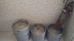 Título do anúncio: Dois barris de chopp 30 litros e um de 50 e um cilindro de 7 quilos com valvula