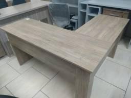 Mesa em L com 01 gaveta cor amadeirada Novas