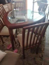 Mesa. Com 4 cadeiras