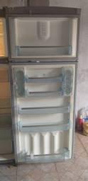 Vende-se geladeira por motivo de viagem
