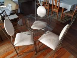 Mesa de ferro com cadeiras e mesinha de centro