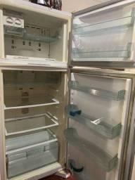 Vendo geladeira marca Brastemp usada .