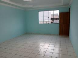 Alugo apartamento amplo bem localizado