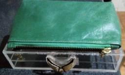 Bolsinha clutch na caixinha de acrilico transparente