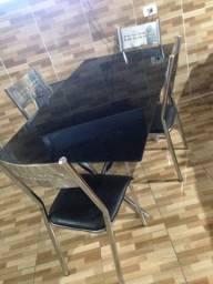 Mesa crônica com vidro fumê com 4 cadeira