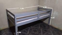 cama de madeira com proteção infantil
